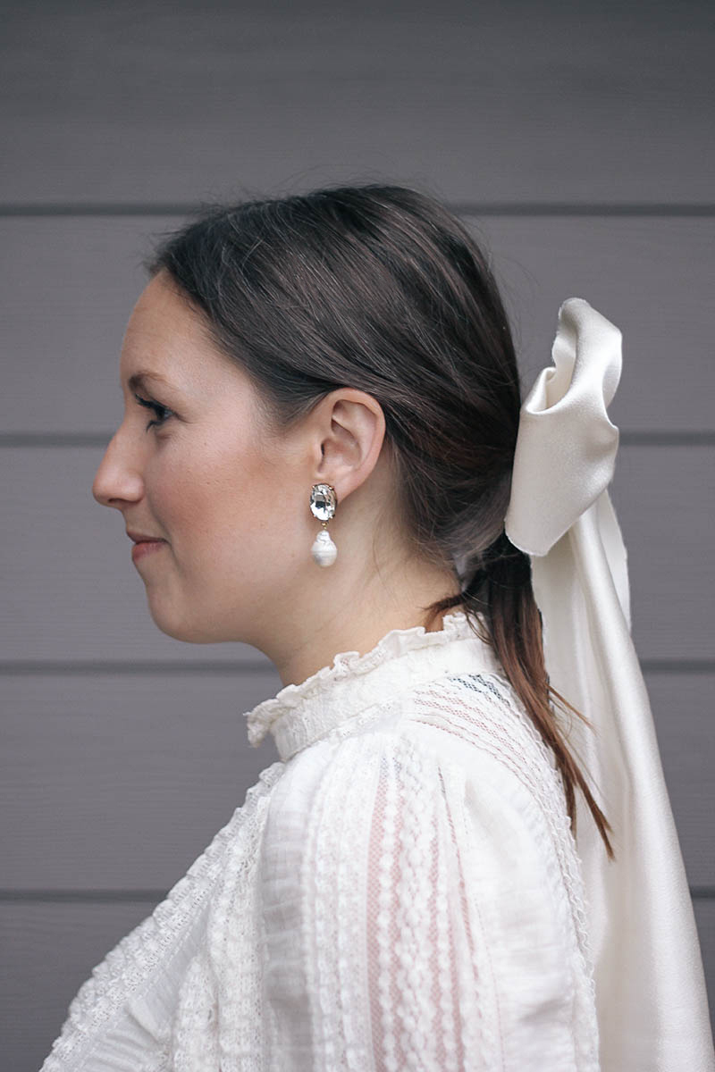 Make a pair of chic, on #trend pearl earrings with this super easy, simple tutorial on HomemadeBanana.com #jewelry #diy #pearl #earrings